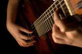 Eine Gitarre zu spielen — Stockfoto