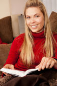 Žena čte — Stock fotografie