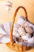 плетеная корзина с декоративные пасхальные яйца — Стоковое фото