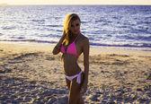 Beautiful girl on a beach against the sea, Красивая девушка на пляже на фоне моря — Foto de Stock