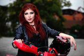Portrét atraktivní zrzka motorkář kočka — Stock fotografie