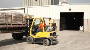 Forklift drives into warehouse — Stock Video