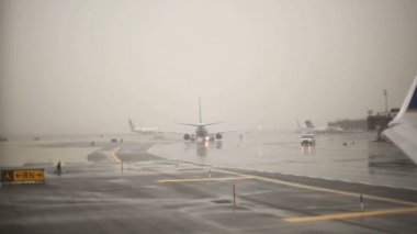 Airplane about to take off in rain. — Vídeo de stock