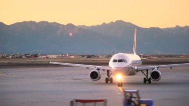 Plane about to take off during sunrise in Salt Lake City, Utah. — Stock Video
