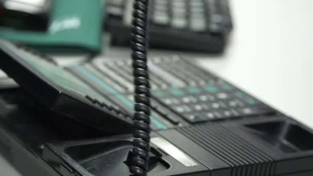 Teléfono antiguo siendo contestada. — Vídeo de stock