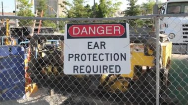 Danger ear protection required sign. — Stock Video