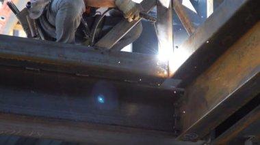 Low shot of man welding in slow motion. — Stock Video