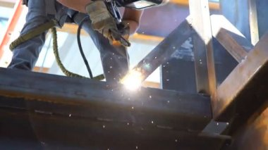 Slow motion tight shot of man welding. — Stock Video