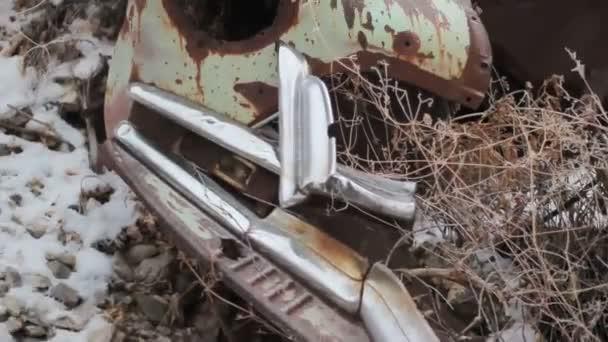 Frente del viejo oxidado coche. — Vídeo de stock
