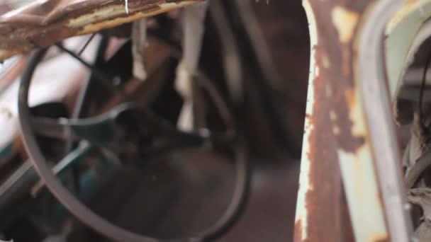 Foco de viejas coches oxidadas y volante del estante. — Vídeo de stock