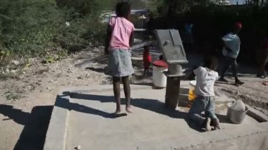 PORT AU PRINCE, HAITI - DECEMBER 17, 2013: Unidentified people collecting water at well in the outskirts of Port au Prince, Haiti. (For editorial use only.) — Stock Video