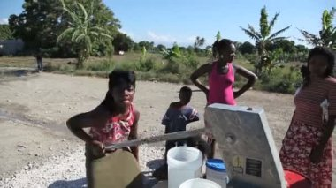 PORT AU PRINCE, HAITI - DECEMBER 17, 2013: Unidentified people pumping water at well in the outskirts of Port au Prince, Haiti. (For editorial use only.) — Stock Video