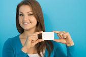 Kadın kart gösterir — Stok fotoğraf
