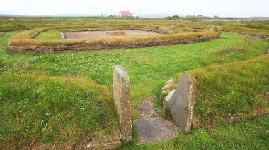 オークニー、スコットランドの新石器時代のバーンストン集落の遺跡のビュー — ストックビデオ