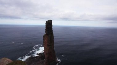A sea stack known as the Old Man of Hoy on the Island of Hoy, Orkney Islands, Scotland — Stock Video