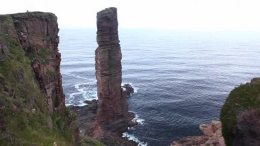 The sea stack, the Old Man of Hoy on the Island of Hoy, Orkney Islands, Scotland — Stock Video
