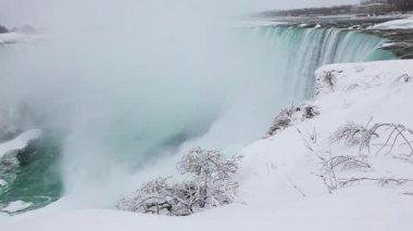 At the brink of the Horseshoe Falls in winter, Niagara Falls — Stock Video