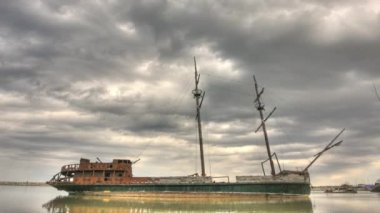 A timelapse view of a rusty abandoned ship — Vídeo Stock