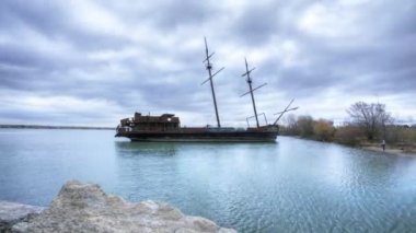 A timelapse view of an old ship, rusty and abandoned. — Vídeo de Stock