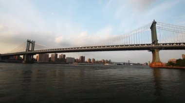Manhattan Bridge carries traffic from Manhattan to Brooklyn — Vídeo de Stock