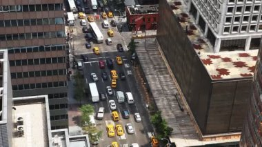 Aerial view of a busy Manhattan intersection — Vídeo de Stock