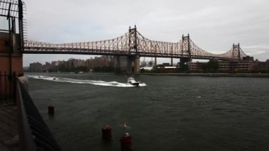 The Queensboro Bridge in Manhattan with boats on the East River — Stockvideo