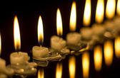 зажженные свечи на черном фоне — Стоковое фото
