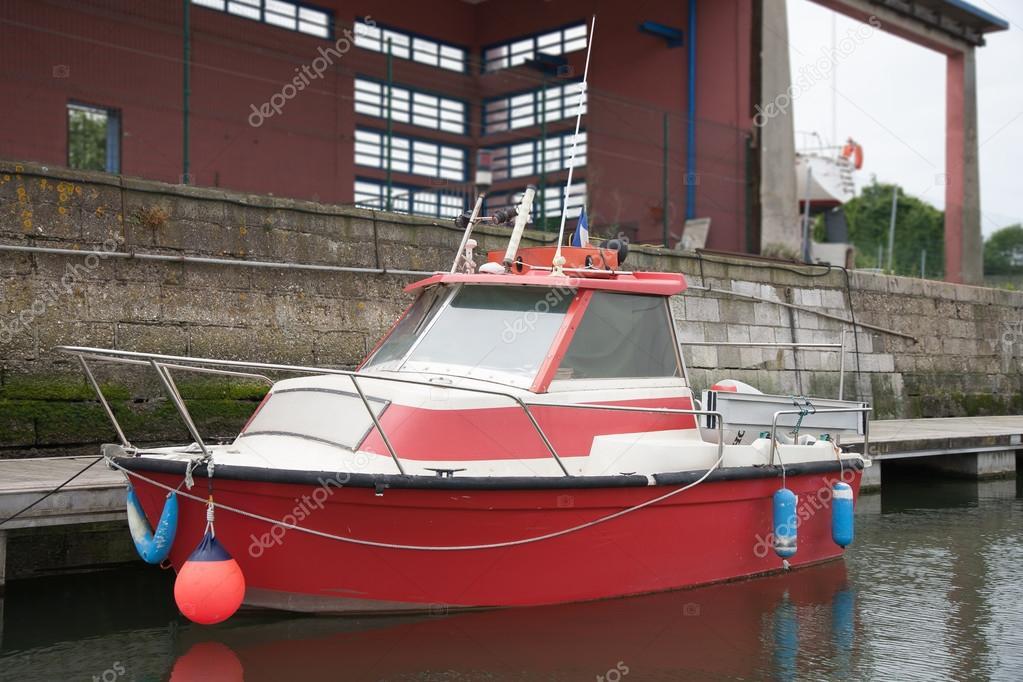 flottante rouge petit bateau moteur sur le quai photographie milostra 44041575. Black Bedroom Furniture Sets. Home Design Ideas