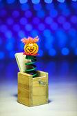Маленький клоун сюрприз от деревянной коробки — Стоковое фото