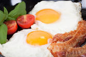 Jajko sadzone na bekonie — Zdjęcie stockowe