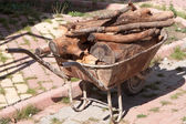 Rusty old wheelbarrow — 图库照片