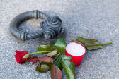 Tombstone with single rose — Stock Photo