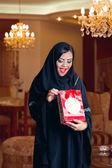 Señora árabe recibe regalo — Foto de Stock