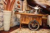 Decorativo carrinho de madeira vintage com pote de metal e um vaso — Fotografia Stock