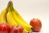 Bananas e maçãs isoladas no branco — Foto Stock