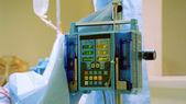 Iv-tasche und medizinischer monitor — Stockfoto