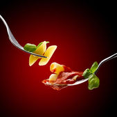 Bazylia, sos pomidorowy i makaron — Zdjęcie stockowe