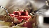 Basilikum-nudeln und tomaten-sauce — Stockfoto