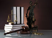 Law gavel and handcuffs, A pair of handcuffs and gavel — Stock Photo