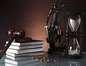 Golden skalar av rättvisa, ordförandeklubba och böcker, mynt, rättsliga timglas — Stockfoto