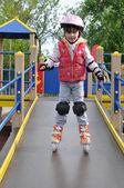 小女孩骑旱冰鞋 — 图库照片