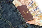 Denim jeans cebinde pasaport ve hong kong doları — Stok fotoğraf