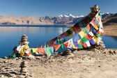 Prayer flags above Moriri Tso — Стоковое фото