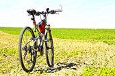 Rower na polu — Stock Photo