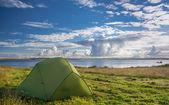 Rozbił namiot w pobliżu jeziora na słoneczny dzień — Zdjęcie stockowe