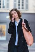 Piękna młoda kobieta w centrum miasta — Zdjęcie stockowe
