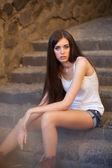 Młoda kobieta na schodach — Zdjęcie stockowe