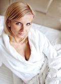 穿浴袍的女子 — 图库照片