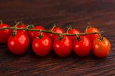 Tomates em uma mesa de madeira — Fotografia Stock