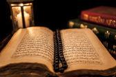Knihy Koránu a svíčka — Stock fotografie